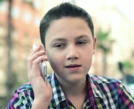 Подросток с мобильником